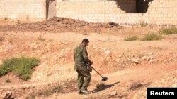 지난 달 시리아 알레포에서 정부군 병사가 지뢰 탐지 작업을 하고 있다. (자료사진)