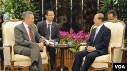 PM Singapura Lee Hsien Loong (kiri) menerima Presiden Burma Thein Sein di Istana PM Singapura, Senin (30/1).