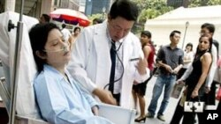 People role play a cancer victim being attended too by a doctor in the heart of the central business district as part of the Singapore Health Promotion Board's efforts to dissuade its citizens from smoking, in Singapore (File Photo)