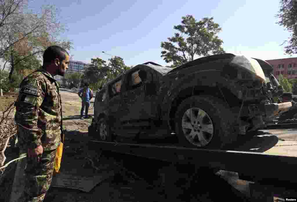 دھماکا اس قدر شدید تھا کہ اس سے قرب و جوار کی عمارتیں لرز گئیں اور سڑک پر موجود کئی دیگر گاڑیوں کو بھی نقصان پہنچا۔