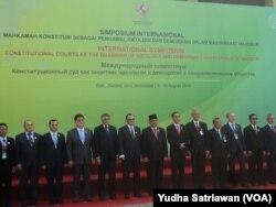 Presiden Jokowi berfoto bersama 13 delegasi Dewan Anggota Asosiasi Mahkamah Konstitusi se-Asia di Solo (foto: VOA/Yudha Satriawan)