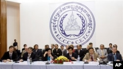 Khmer Rouge Tribunal officials hold a press conference.