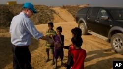 Justin Forsyth, Wakil Direktur Eksekutif UNICEF berbagi biskuit dengan anak-anak pengungsi Rohingya di kamp Balukhali, Cox's Bazar, Bangladesh bulan lalu (foto: dok).