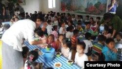 북한 룡천의 한 탁아소에서 프랑스 비정부기구 'TGH(Triangle Generation Humanitarian)'가 지원한 식량을 어린이들에게 제공하고 있다. 사진 제공: Océane MERGAERT / TGH.