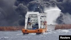 一艘救援船2018年1月12日为伊朗桑吉号油轮灭火 (资料照片)