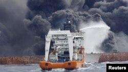 Спасатели пытаются потушить пожар на танкере «Санчи»