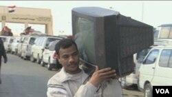 Ljudi koji bježe iz Libije nose sa sobom šta god mogu ponijeti