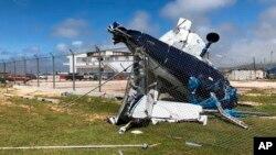 Sebuah pesawat tampak rusak setelah topan Yutu melanda kepulauan Mariana Utara, AS (26/10).
