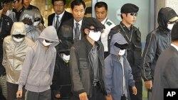 지난 해 10월 목선을 타고 표류하다 일본을 통해 한국에 입국한 탈북자들 (자료사진).