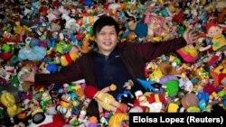 Percival Lugue, pemegang rekor dunia Guinness untuk koleksi mainan cepat saji terbesar, berpose dengan koleksi mainannya di rumahnya di Apalit, Pampanga, Filipina, 20 April 2021. (Foto: REUTERS/Eloisa Lopez)