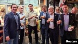 Brazilski predsjednik i njegovi saradnici jedu picu na ulici u New Yorku, 19. septembar 2021.