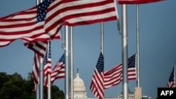 美國國旗與國會大廈。