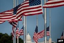 미국 워싱턴 DC 연방의사당 주변에 조기가 게양된 모습. (자료사진)