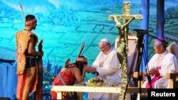 15일 프란치스코 교황(오른쪽 두번째)이 당진의 솔뫼 성지를 방문해 아시아청년대회에 참석한 인도네시아 소년을 만나고 있다.