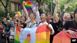 Những người ủn hộ hôn nhân đồng giới reo hò bên ngoài tòa nhà quốc hội ở Đài Bắc hôm 17/5 sau khi các nhà làm luật của quốc đảo này thông qua dự luật cho phép người cùng giới kết hôn với nhau.