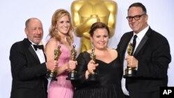 28일 미국 로스앤젤레스 시 돌비 극장에서 열린 제88회 아카데미상 시상식에서 최고의 영예인 작품상을 수상한 영화 '스포트라이트' 제작진이 포즈를 취하고 있다.