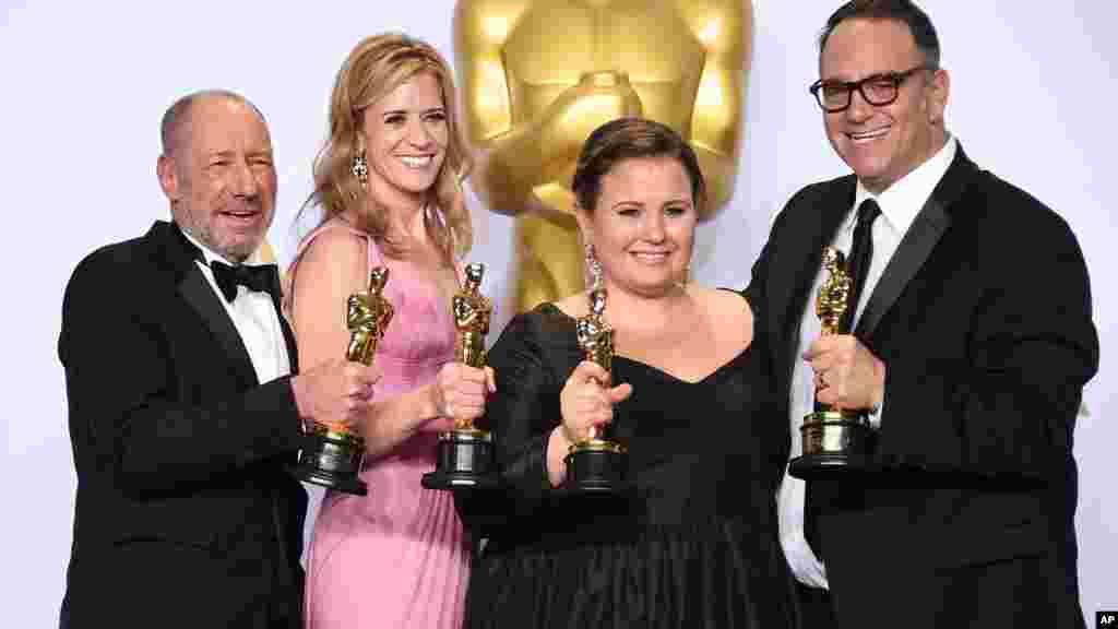Des gagnants Steve Golin, Blye Pagon Faust, Nicole Rocklin, et Michael Sugar dans la salle de presse à la cérémonie des Oscars, 28 février 2016.