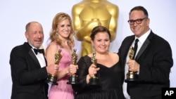 """Steve Golin, nga e majta, Blye Pagon Faust, Nicole Rocklin dhe Michael Sugar, fitues të çmimit për filmin më të mirë """"Spotlight"""". Në Teatrin Dolby në Los Angeles."""