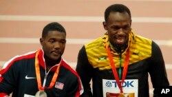 Justin Gatlin (médaille d'argent) et Usain Bolt (médaille d'or), Championnats du monde d'athlétisme , Pékin, le 24 août 2015. (AP Photo/Mark Schiefelbein)