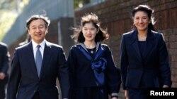 جاپان کے نئے شہنشاہ ناروہیٹو، اپنی بیٹی شہزادی آئیکو اور اہلیہ مساکو کے ہمراہ (فائل فوٹو)