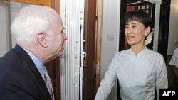 Thượng nghị sĩ Hoa Kỳ John McCain gặp lãnh tụ dân chủ Miến Ðiện Aung San Suu Kyi tại tư gia của bà ở Rangoon, ngày 2/6/2011