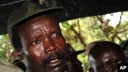 Central Africa KonyJoseph Kony, le chef de l'Armée de résistance du Seigneur, répond aux questions des journalistes à la suite d'une rencontre avec le chef humanitaire des Nations Unies Jan Egeland à Ri-Kwangba, dans le sud du Soudan, 12 novembre 2006.
