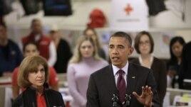 Prezidan Barack Obama avèk prezidan Kwa Wouj  Amerikèn nan, Gail J. McGovern, nan katye jeneral Sant Nasyonal Kwa Wouj la nan Washington D.C..