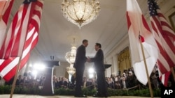 Presiden Obama dan PM Yoshihiko Noda berjabat tangan seusai menggelar jumpa pers bersama yang diadakan di Gedung Putih (30/4).