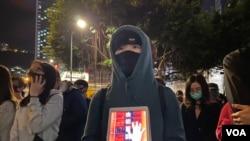 """集會人士手持""""由初夏到寒冬""""標語,象徵香港人反送中運動堅持半年,都不會放棄爭取實現五大訴求。(美國之音湯惠芸)"""