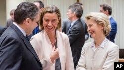 La cheffe de la diplomatie de l'UE, Federica Mogherini (centre), s'entretient avec la ministre allemande de la Défense, Ursula von der Leyen, et le ministre allemand des Affaires étrangères, Sigmar Gabriel, lors d'une réunion des ministres des Affaires étrangères et de la Défense à Bruxelles, le lundi 6 mars 2017.