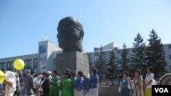 俄罗斯到处都有列宁像。离贝加尔湖不远的乌拉伍德市中心列宁像,是世界上最大的列宁头颅塑像。