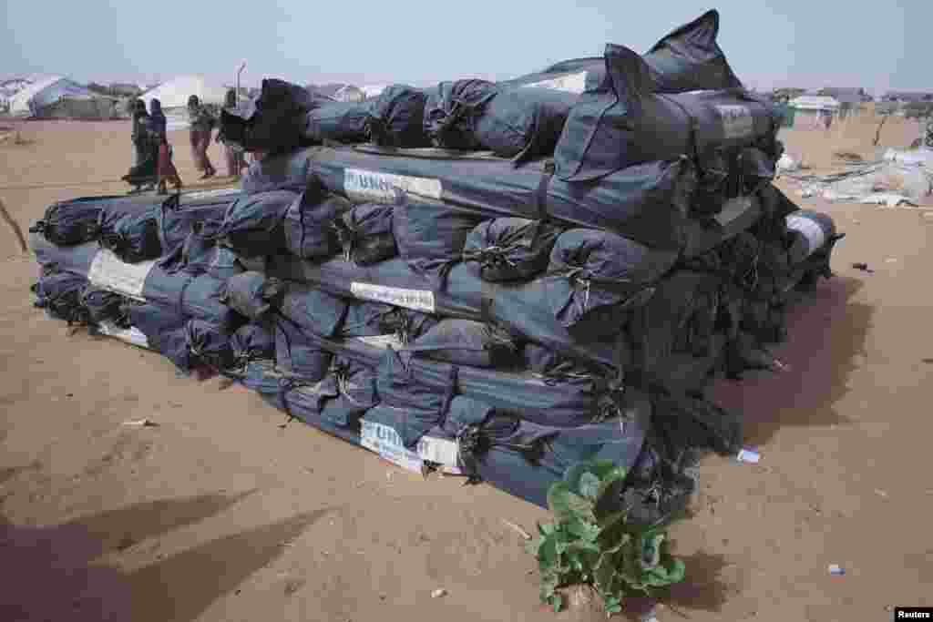 Des tentes entreprosées par l'ONU pour distribution au camp de Mbera, qui compte plus de 64 000 réfugiés maliens selon le HCR.