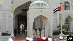 Paus Fransiskus disambut oleh Putra Mahkota Abu Dhabi, dan Wakil Komando Tertinggi Angkatan Bersenjata UEA, Sheikh Mohammed bin Zayed Al Nahyan (kanan) dan Sheikh Mohammed bin Rashid Al Maktoum, di Uni Emirat Arab, 4 Februari 2019.