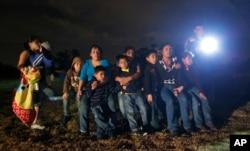 Inmigrantes de Honduras y El Salvador que ingresaron a EEUU desde México son detenidos en Granjeno, Texas, Junio 25, 2014.