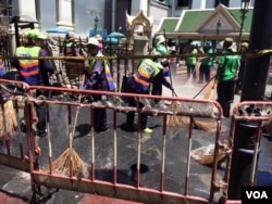 Clean-up crews work at the Erawan Shrine, site of a bomb explosion in central Bangkok, Thailand, Aug. 18, 2015. (Photo: Steve Herman / VOA)