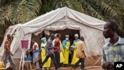 Nhân viên y tế tại một bệnh viện trong thủ đô Freetown của Sierra Leone kiểm tra những người vào bệnh viện