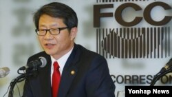 5일 한국 서울에서 열린 외신기자클럽 초청 오찬간담회에서 발언하는 류길재 통일부 장관.