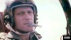 Đại tá Không quân Roy A. Knight Jr. tử trận khi máy bay của ông bị bắn rơi ở Lào trong chiến tranh VN. Hài cốt của ông được con trai, phi công Bryan Knight của HHK Southwest chở về phi trường Dallas Love Field hôm 8/8/2019. (Defense POW/MIA Accounting Agency via AP)