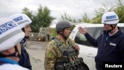 Các nhân viên OSCE nói chuyện với binh sĩ Ukraine ở vùng Luhansk (ảnh tư liệu, 26/9/2016)