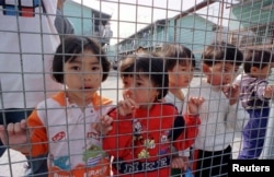 Các trẻ em Việt Nam trong một trại tị nạn tại Hồng Kông, ngày 9/3/1997.
