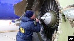 Điều tra viên xem xét động cơ máy bay gặp nạn hôm 17/4.