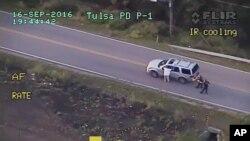 Foto yang diambil dari rekaman video Polisi (16/9), saat Terence Crutcher (kiri) diberhentikan petugas kepolisian di Tulsa, Oklahoma.