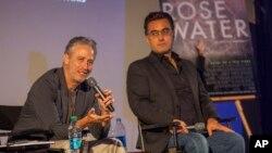 Jon Stewart y el periodista Mazier Bahari participan en una sesión de preguntas y respuestas sobre Rosewater.