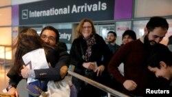 با رای قاضی فدرال فعلا دارندگان ویزا وارد آمریکا می شوند: بهنام براتپور دانشجوی ایرانی در آغوش خواهرش بهار بعد از ورود به فرودگاه بوستون.