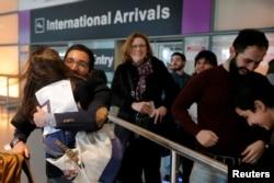 Behnam Partopour, seorang mahasiswa Institut Politeknik Worcester (WPI) dari Iran, disambut oleh saudara perempuannya Bahar di Bandara Logan setelah ia menyelesaikan bea cukai dan imigrasi AS dengan visa pelajar F1 di Boston, Massachusetts, AS, 3 Februari 2017. (Foto: Reuters)