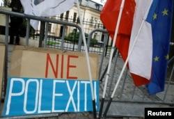 """Arhiva - Natpis """"Ne Polegzitu"""" tokom protesta ispred zgrade Ustavnog suda u Varšavi, Poljska, 22. septembra 2021."""