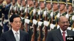 Presiden Sudan Omar al-Bashir (kanan) tiba di Aula Agung di Beijing, Rabu (29/6).