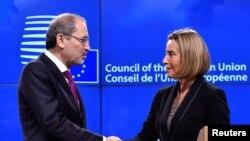 Federica Mogherini, chef de la politique étrangère de l'UE, serre la main du ministre jordanien des Affaires étrangères Ayman Al Safadi après une conférence de presse au Conseil européen de Bruxelles, Belgique, 8 novembre 2017.