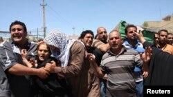 이라크 보안군의 수니파 시위캠프 공격 과정에서 숨진 한 병사의 장례식