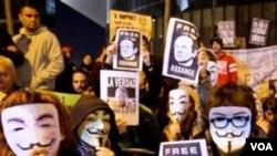 Partidarios de Assange realizaron una manifestación frente a la corte en Londres.
